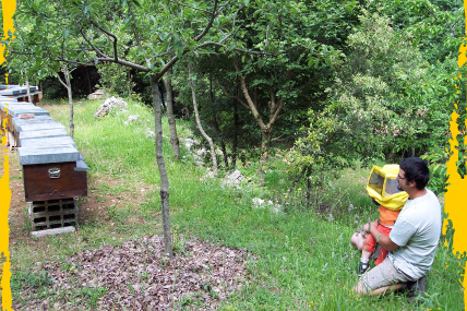 Giuliano e Nicolò vicino alle arnie del miele sui Monti Aurunci